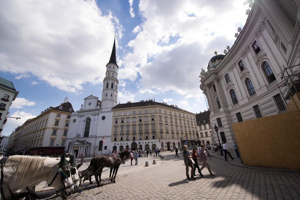 สถานที่ท่องเที่ยว indoor ซึ่งตั้งอยู่ไม่ไกลจากจัตุรัสมิชาเอลเลอร์พลัทซ์ (Michaelerplatz) ขณะที่ประวัติความเป็นมาของพระราชวังแห่งนี้ย้อนไปในปี ค.ศ.1273 ฮอฟบวร์ก เคยเป็นจุดศูนย์กลางการปกครองที่แผ่อำนาจครอบคลุมยุโรปตั้งแต่ปี ค.ศ.1273-1918