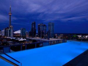 สระว่ายน้ำชั้นบนดาดฟ้าที่โรงแรม Thompson Hotel, Toronto, Canada