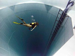 สระว่ายน้ำที่ลึกที่สุดในโลกใน Nemo 33 ที่กรุง Brussels, Belgium