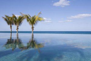 สระว่ายน้ำริมชายหาดที่ Nandana Villas ใน Bahamas