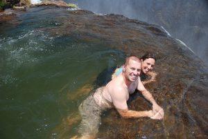 สระว่ายน้ำในหินธรรมชาติบนหน้าผาน้ำตกที่ชายแดนแซมเบียและซิมบับเว