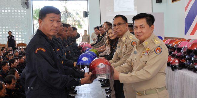 """มอบหมวกกันน็อกบุญโครงการ""""กองทุนผ้าป่าหมวกบุญเพื่อชุมชนชาวเชียงของ"""""""